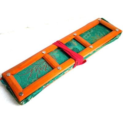 Tibeti pudzsakönyv tartó zöld színű brokátból, vászonnal bélelve