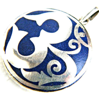 Om medál fehér fémből lápisz lazuli csiszolással